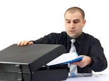 Hombre de negocios que lleva a cabo algunos documentos en blanco Fotografía de archivo libre de regalías