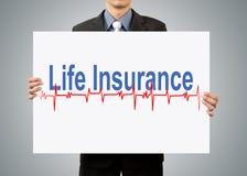 Hombre de negocios que lleva a cabo concepto del seguro de vida imágenes de archivo libres de regalías