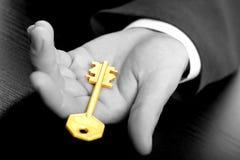 Hombre de negocios que lleva a cabo el clave Foto de archivo