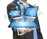 Hombre de negocios que lleva a cabo el dispositivo de la tecnología en su mano Imagen de archivo