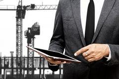 Hombre de negocios que lleva a cabo el foco selectivo de la tableta del ordenador en señalar Imagenes de archivo