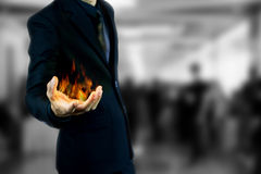 Hombre de negocios que lleva a cabo el fuego Foto de archivo libre de regalías