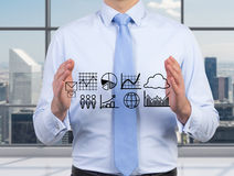 Hombre de negocios que lleva a cabo gráficos Imagen de archivo
