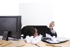 Hombre de negocios que lleva a cabo a la tarjeta en blanco Fotografía de archivo libre de regalías