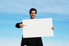 Hombre de negocios que lleva a cabo a la tarjeta en blanco Imagenes de archivo