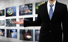 Hombre de negocios que lleva a cabo las imágenes que alcanzan que fluyen en manos Fotos de archivo libres de regalías