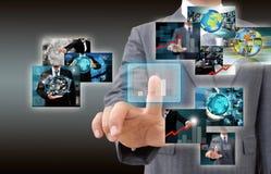 Hombre de negocios que lleva a cabo las imágenes que alcanzan que fluyen en manos. Financia Imagenes de archivo