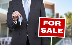 Hombre de negocios que lleva a cabo llave Foto de archivo libre de regalías