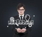 Hombre de negocios que lleva a cabo símbolo del analytics Fotos de archivo libres de regalías