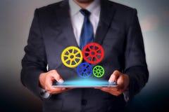 Hombre de negocios que lleva a cabo tecnología de la almohadilla táctil Fotografía de archivo