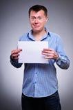 Hombre de negocios que lleva a cabo un espacio en blanco Imagen de archivo libre de regalías