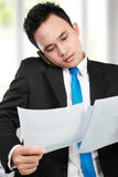 Hombre de negocios que lleva a cabo un informe Imagenes de archivo