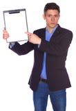 Hombre de negocios que lleva a cabo a una tarjeta blanca en blanco Fotos de archivo libres de regalías