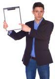 Hombre de negocios que lleva a cabo a una tarjeta blanca en blanco Imágenes de archivo libres de regalías