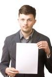 Hombre de negocios que lleva a cabo a una tarjeta en blanco Imagenes de archivo