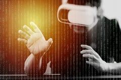 hombre de negocios que lleva gafas de la realidad virtual en ingenio moderno de la oficina Imágenes de archivo libres de regalías