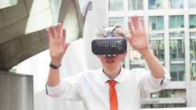 Hombre de negocios que lleva gafas de la realidad virtual
