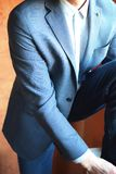 Hombre de negocios que lleva la chaqueta azul imágenes de archivo libres de regalías