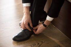 Hombre de negocios que lleva los zapatos elegantes cuando vaya en trabajo Foto de archivo libre de regalías