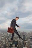 Hombre de negocios que mantiene su equilibrio Imagen de archivo libre de regalías