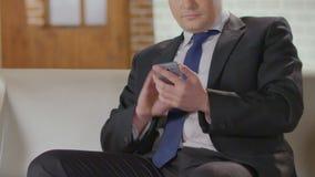 Hombre de negocios que marca en el teléfono móvil y la conversación del comienzo, llamada de la sociedad metrajes