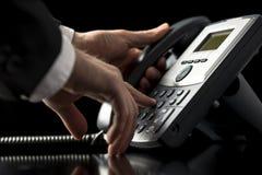 Hombre de negocios que marca hacia fuera en una llamada telefónica Fotos de archivo libres de regalías