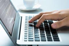 Hombre de negocios que mecanografía en el ordenador portátil imagen de archivo libre de regalías