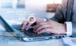 Hombre de negocios que mecanografía en el ordenador portátil con technolo Fotos de archivo libres de regalías