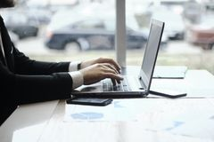 Hombre de negocios que mecanografía en el ordenador portátil Gente y tecnología Fotografía de archivo libre de regalías