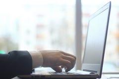 Hombre de negocios que mecanografía en el ordenador portátil Gente y tecnología Fotos de archivo