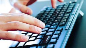 Hombre de negocios que mecanografía en un teclado de la PC, concepto del negocio de la tecnología