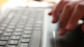 Hombre de negocios que mecanografía en un teclado del ordenador portátil en foco borroso metrajes