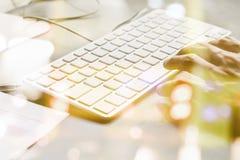 Hombre de negocios que mecanografía en un teclado en el escritorio Fotografía de archivo