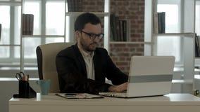 Hombre de negocios que mecanografía sobre sus vidrios divertidos del teclado almacen de metraje de vídeo
