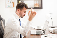 Hombre de negocios que medita en una oficina Imagen de archivo libre de regalías