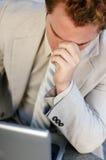 Hombre de negocios que mira abajo fotografía de archivo libre de regalías