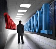 Hombre de negocios que mira el código binario 3d en centro de datos Imágenes de archivo libres de regalías