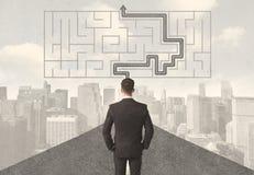 Hombre de negocios que mira el camino con laberinto y la solución ilustración del vector