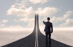 Hombre de negocios que mira el camino 3d que entra para arriba en el cielo Imágenes de archivo libres de regalías