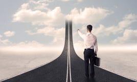 Hombre de negocios que mira el camino 3d que entra para arriba en el cielo Imagen de archivo