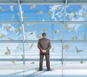 Hombre de negocios que mira el dinero Imagen de archivo libre de regalías