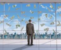 Hombre de negocios que mira el dinero Fotos de archivo