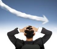 hombre de negocios que mira el gráfico de negocio nublarse abajo de concep Imagen de archivo
