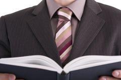 Hombre de negocios que mira el libro Imagen de archivo libre de regalías