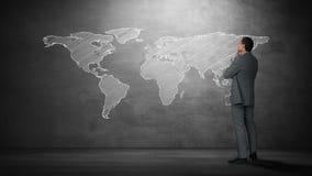 Hombre de negocios que mira el mapa del mundo metrajes