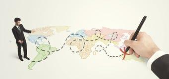 Hombre de negocios que mira el mapa y ruta dibujada a mano Foto de archivo libre de regalías