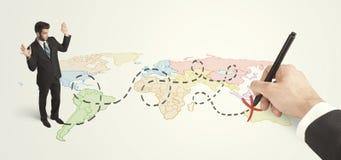 Hombre de negocios que mira el mapa y ruta dibujada a mano Imágenes de archivo libres de regalías