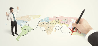 Hombre de negocios que mira el mapa y ruta dibujada a mano Imagenes de archivo