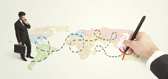 Hombre de negocios que mira el mapa y ruta dibujada a mano Fotos de archivo libres de regalías