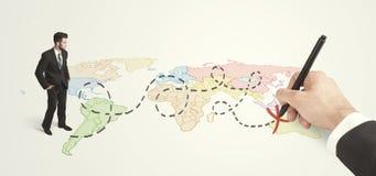 Hombre de negocios que mira el mapa y ruta dibujada a mano Imagen de archivo